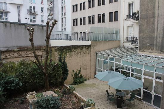 Abrial Hotel: Garden with breakfast area