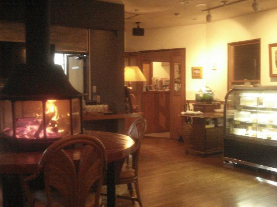 C'est bon: レストランの入口付近です。左が暖炉、右手前にはデザートがあります。奥はとても広く、ログ(杉)ハウスなので落ち着いて食事が出来ます。