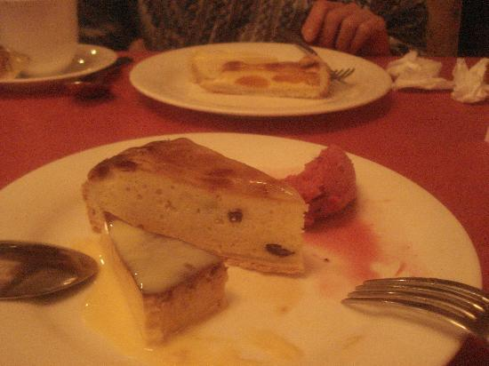 C'est bon: ディナーの後のデザートは15種類ほど有り、選ぶのにも一苦労です。手前はカスタードプディングとアーモンドタルトです。