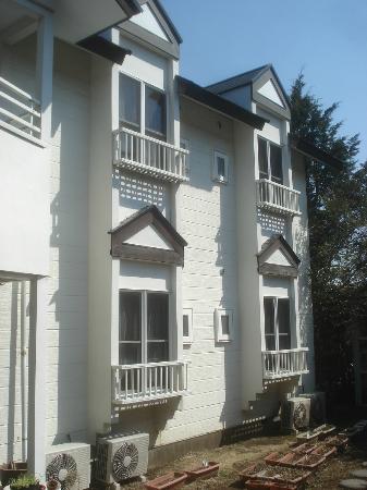 C'est bon: 建物の外観です。白を基調としていてとても明るいです。