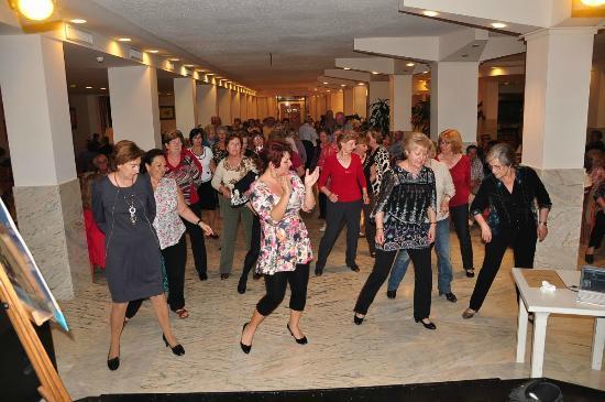 azuLine Hotel Coral Beach : Veronica animando con bailes de linea