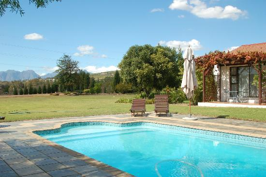 Ons Genot Country Lodge: Poolbereich mit schöner Aussicht