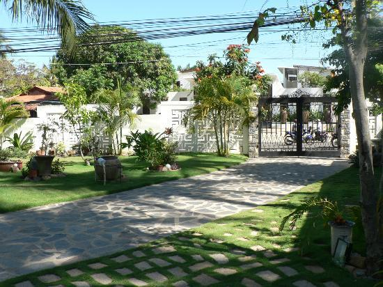 Ever Green Guesthouse: view to front gate....