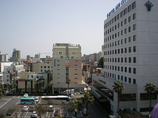 New Island Tourist Hotel: 東向き窓から 右が二ューロイヤルホテル