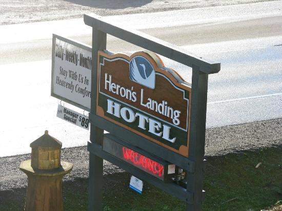 Heron's Landing Hotel: Hotel Sign along Highway