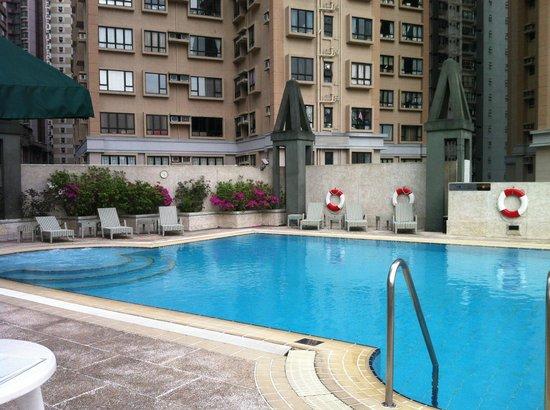 Bishop Lei International House: Pool Area, complete with sleeping lifeguard!