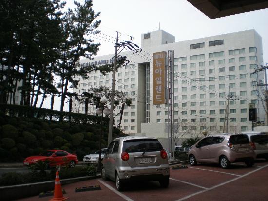 New Island Tourist Hotel: 北側はグランドホテルこの坂を下ると突当りが両替所レートが良い