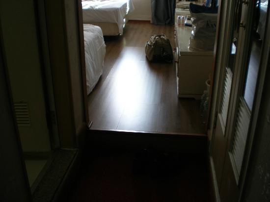 New Island Tourist Hotel: 床暖房が良い、イス・テーブルは無し