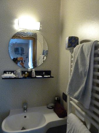 Arco Antico B&B: douche et lavabo