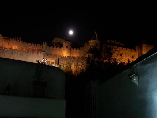 La Posada del Castillo B&B : La muralla Iluminada y con luna llena