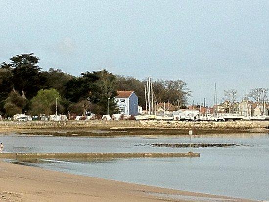 Hotel La Roseraie : L'hôtel (en bleu), vu de la plage