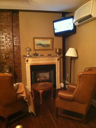 Stone Fort inn: Large guest room with flat screen TV