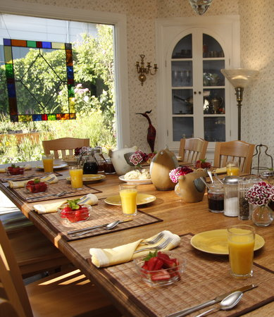 Oak Hill Bed and Breakfast: Sunny dining room