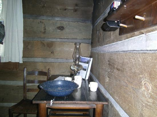 LeConte Lodge: Washbasin, kerosene lamp