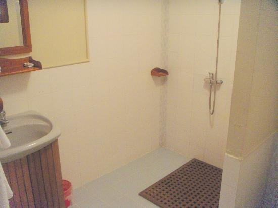 Pine Hill Resort, Kalaw: Shower area -- no curtain.
