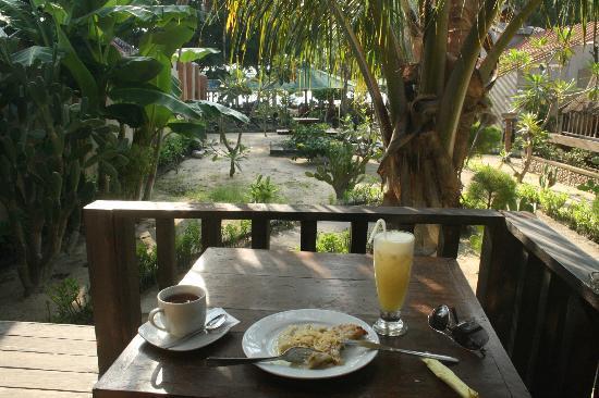 Blue Beach Cottages: Frühstück auf der Veranda