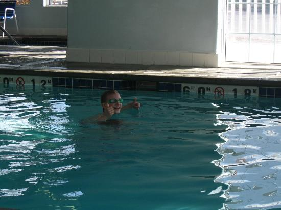 Super 8 Spokane Valley: Two Thumbs Up for the Pool !