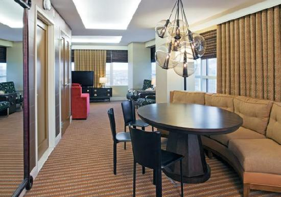 Hilton Omaha: Newly renovated corner suite