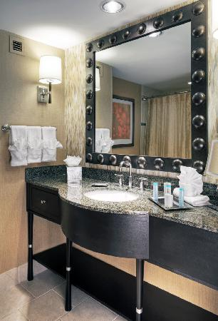 Hilton Omaha: Newly renovated guest bath