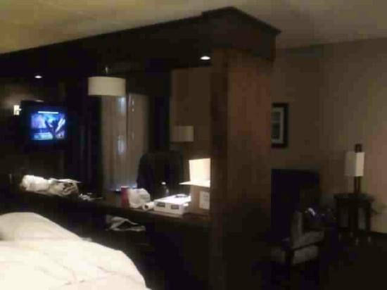 Hampton Inn & Suites Edgewood/Aberdeen-South: desk with bed to left and sitting area to right