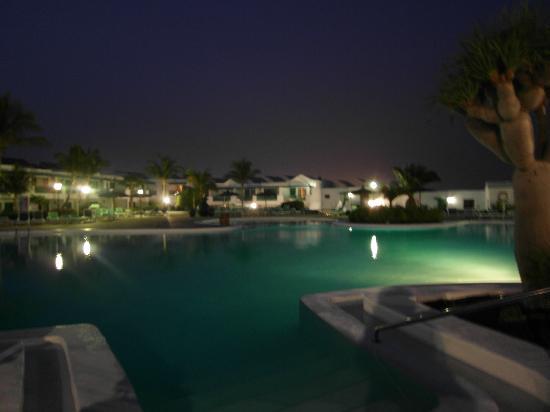 Costa Sal Villas and Suites: piscina grande la sera