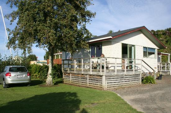 Kawhia Beachside S-Cape Holiday Park: Our 2 bedroom waterfront cottage