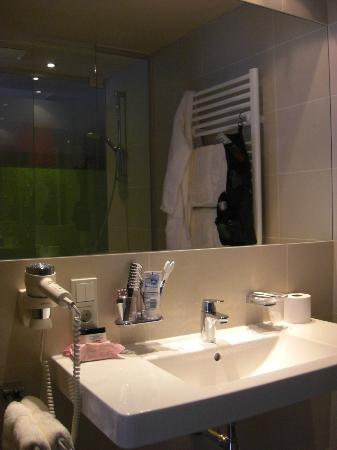 Hotel Bäckelar Wirt: Shower and bad in one