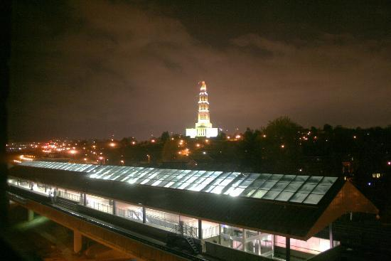 Hilton Alexandria Old Town: Night view from my room of George Washington Masonic Memorial