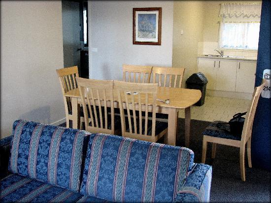 Mollymook Shores: Lounge, dining and kitchen area