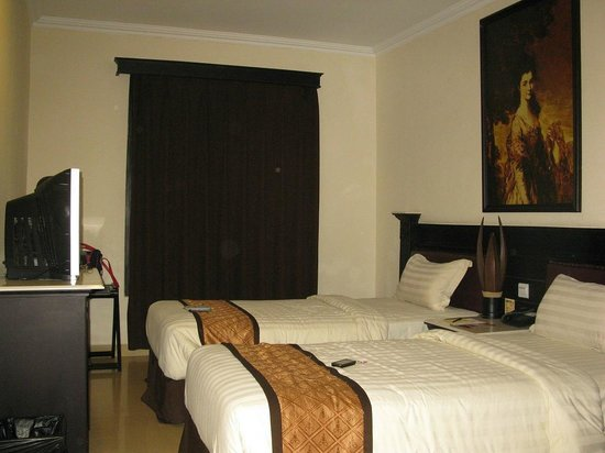 The Grand Palace Hotel Yogyakarta : classical painting above the bed