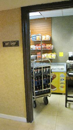Red Lion Hotel Portland Airport: little grocery store at lobby