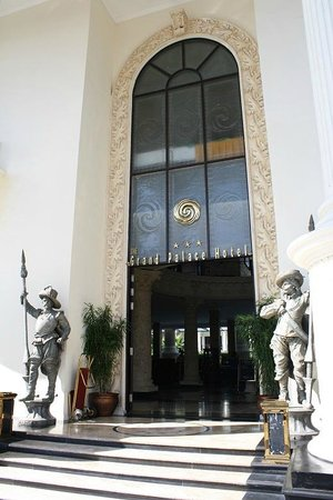 The Grand Palace Hotel Yogyakarta : roman-style entrance