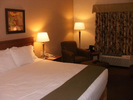 Holiday Inn Express Airport Dieppe: Comfy Bed