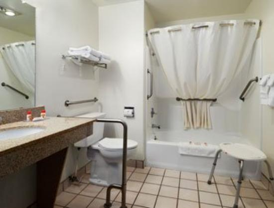 Motel 6 Safford : Accessible Bathroom