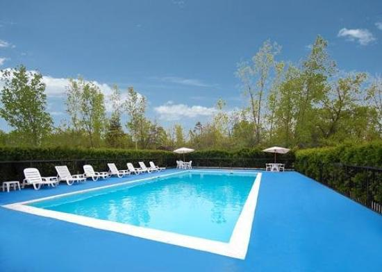 Quality Inn & Suites Fairview: Pool
