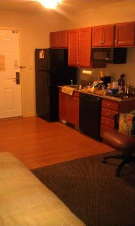 Candlewood Suites Secaucus: Kitchen in room