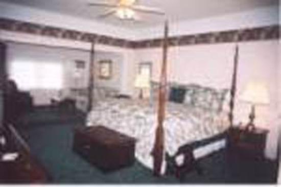 Longhouse Manor Bed & Breakfast: Guest room