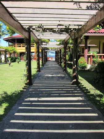 Bali Beach Garden Resort and SPA Mindoro: Trellis-line pathways