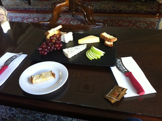 Eleonore's Restaurant: Cheese platter with gluten free bread.