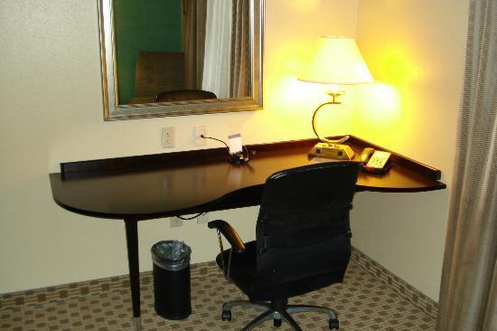 Hampton Inn Orange: computer desk