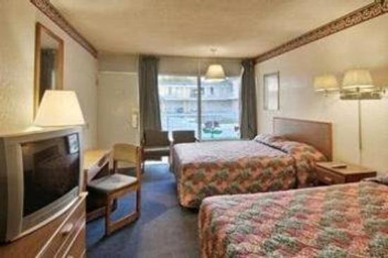 Budget Host Inn & Suites Muskogee: Room