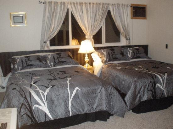 Piccadilly Motel: Double Queen Room