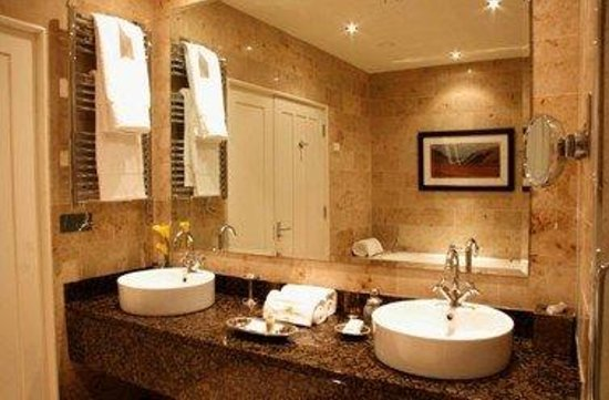 Lough Eske Castle, a Solis Hotel & Spa: Ensuite Deluxe Guestroom