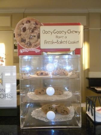 Hilton Garden Inn Sacramento Elk Grove: Warm cookies when you check-in