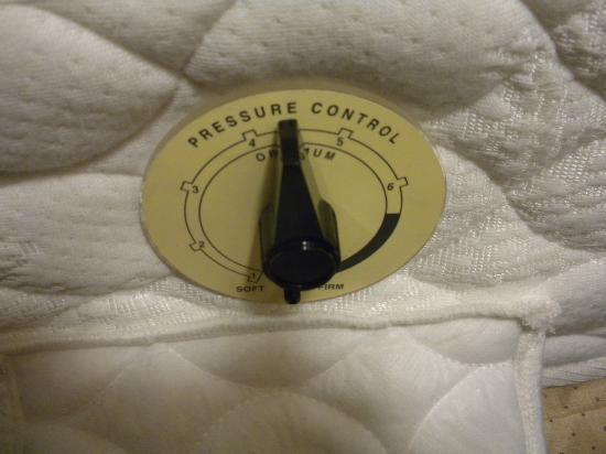 Hilton Garden Inn Sacramento Elk Grove: Sleep number feature on the mattress
