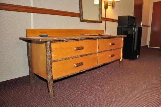 Comfort Inn: Even the dresser in my room looked like log furniture!