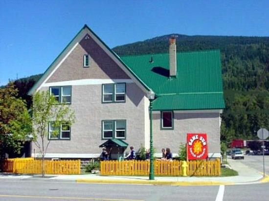 Revelstoke Hostel: Exterior