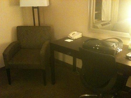 Holiday Inn Hotel & Suites Phoenix Airport : Ecken für den PC, viel Platz und Strom