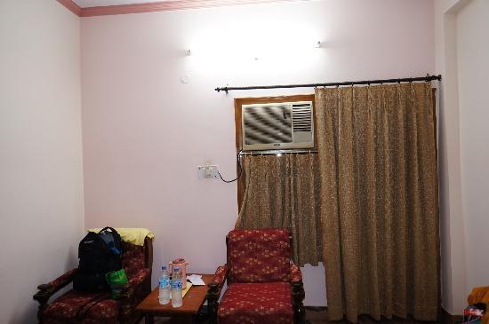 Hotel Buddha: Curtains/AC unit