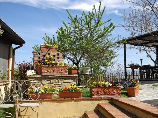 Agriturismo il Corbezzolo: delizioso giardino con vista bellissima